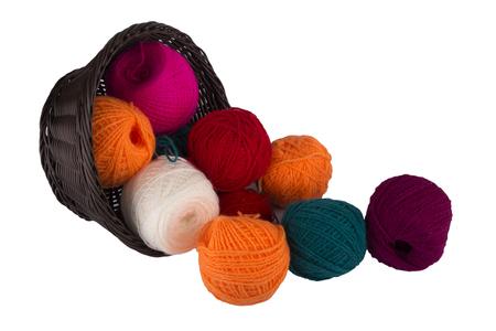 gomitoli di lana: Cestino di Wattled con palline di thread per maglieria isolato su sfondo bianco Archivio Fotografico