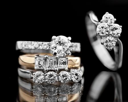 anillo de compromiso: Anillo de diamantes de la joyería en un fondo negro.