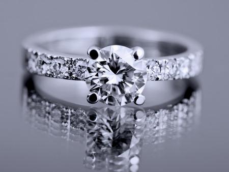 ダイヤモンドを重視するファッション リングのクローズ アップ 写真素材