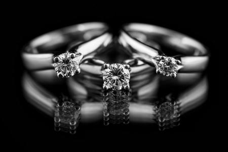 Sieraden diamanten ring op een zwarte achtergrond. Stockfoto