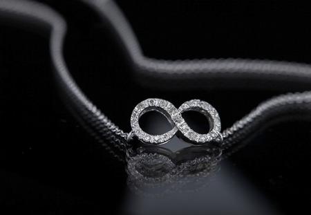 diamante negro: collar infinito sobre fondo negro