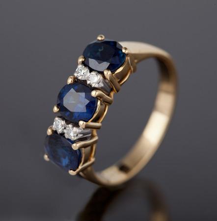 Jewellery diamond ring on a gray background. Zdjęcie Seryjne - 45898403