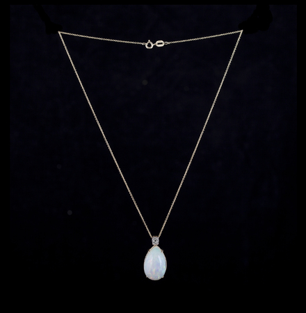 opal: Yellow gold necklace opal and diamonds
