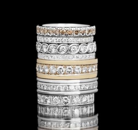 diamante negro: Anillo de diamantes de la joyería en un fondo negro.