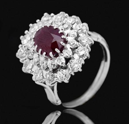 anillo de compromiso: Anillo de la joyer�a en un fondo negro