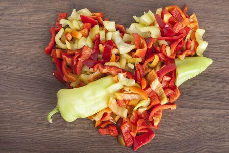 eart shape chopped peppers on a wooden background Zdjęcie Seryjne