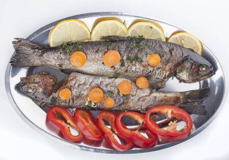 dish fish: Plato de pescados - trucha frita con verduras Foto de archivo