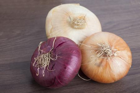 onion: Cebollas frescas en un fondo de madera