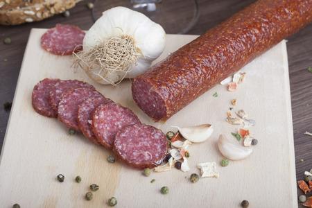 raw sausages on board Zdjęcie Seryjne