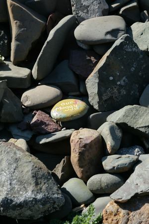 Small pebble with painted message in memory Stockfoto