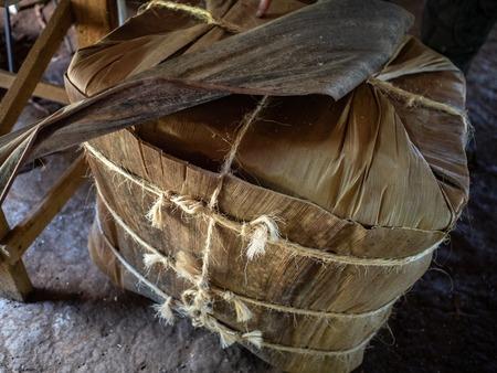 Vinales Tabakland, ein Block aus Tabakblättern, der mit Schnur umwickelt ist, bereit zum Versand