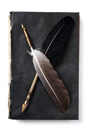 pluma de escribir antigua: P�as en un viejo libro aislados en blanco