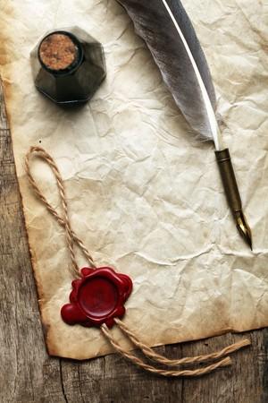 pluma de escribir antigua: Papel en blanco con sellos de cera, pluma & tinta  Foto de archivo