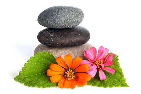 Gestapelde stenen met bloemen