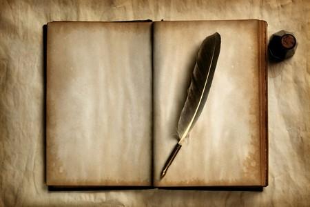 pluma de escribir antigua: Quill en viejo libro en blanco