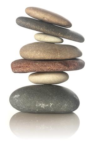 piedras zen: Piedras apiladas aislados en blanco Foto de archivo