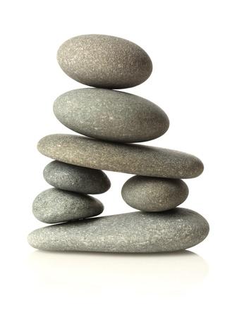 Gestapelde stenen geïsoleerd op wit