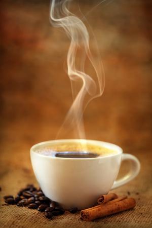 tazas de cafe: Taza de café con granos de café y canela Foto de archivo