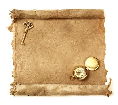 schatkaart: Handgeschept papier scroll met sleutel en een kompas Stockfoto
