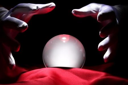 psychisch: Glowing kristallen bol Stockfoto
