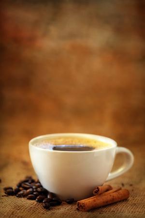 grano de cafe: Taza de café con granos de café y canela Foto de archivo
