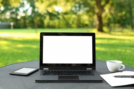Laptop with blank screen outdoors 版權商用圖片