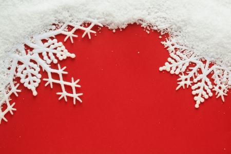 雪の結晶と赤の背景に雪 写真素材