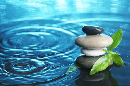 물에 균형 잡힌 돌