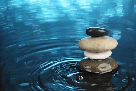 Piedras equilibradas en agua