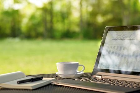 Laptop en koffie in outdoor kantoor