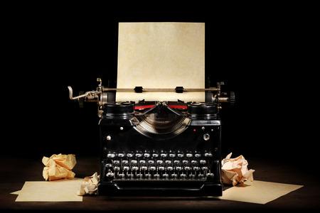 maquina de escribir: Máquina de escribir vieja de la vendimia con el papel en blanco