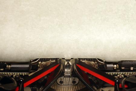 白紙の用紙と古いヴィンテージ タイプライター