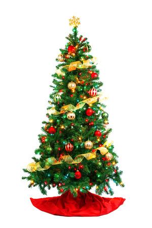 Árbol de Navidad decorado aislado en blanco