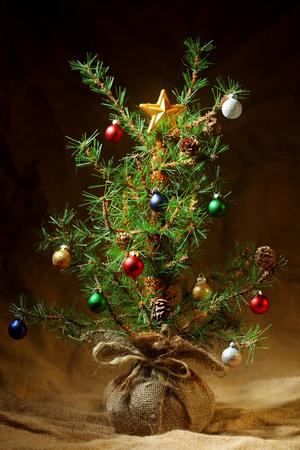 pobre: Poco fondo del árbol de Navidad decorado