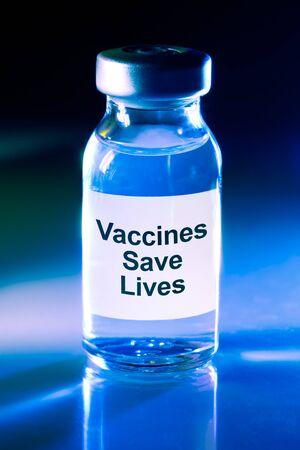 Flaconcino di farmaco con etichetta - I vaccini salvano la vita