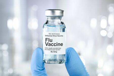 Piccola fiala di farmaco con vaccino antinfluenzale Archivio Fotografico