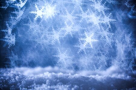 Snow surrounded by a bokeh of glittering lights in the shape of snowflakes. Cold wintry background. 版權商用圖片 - 133830216