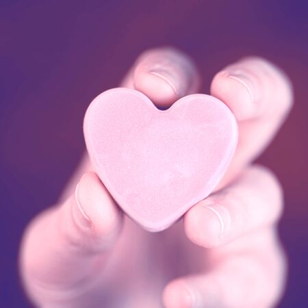 Hand holding blank converstation heart 版權商用圖片 - 138323862