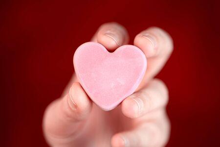 Hand holding blank converstation heart 版權商用圖片