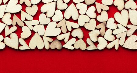 Romantic  of dozens of tiny wooden hearts on a red card. 版權商用圖片 - 138574049