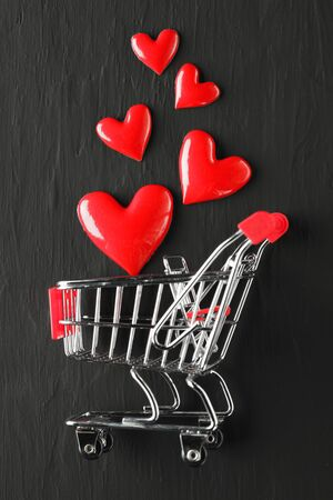 Collection of shiny red hearts in a shopping cart 版權商用圖片 - 138323237