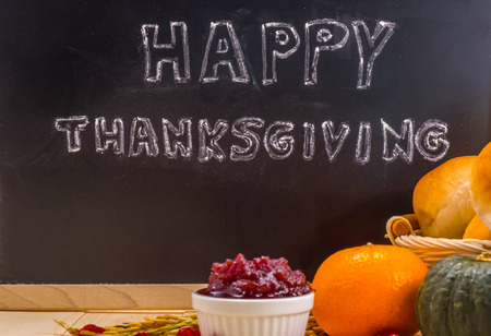familias felices: Feliz nube de palabras de Acción de Gracias en una pizarra pizarra de la vendimia.