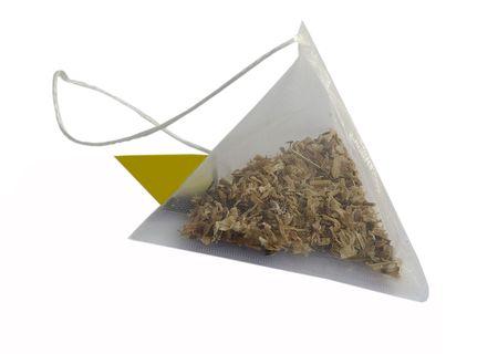 piramide alimenticia: Bolsa de t� como una pir�mide de sobre fondo blanco