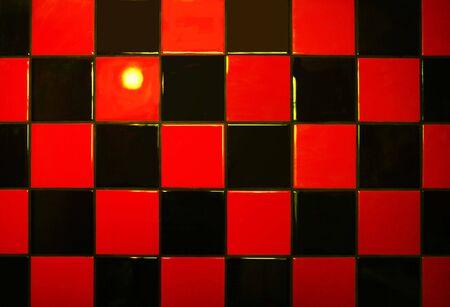 reflexion: Reflexi�n de luz sobre un mosaico de rojo y negro