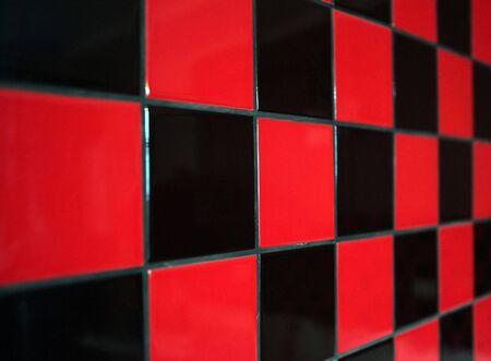 black block: Pared con un azulejo rojo y negro. La nitidez limitada