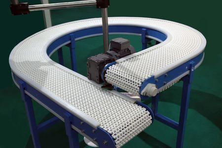 cinta transportadora: El transportador con una cinta de pl�stico para alimento  Foto de archivo