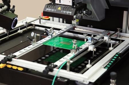componentes: La m�quina herramienta especial procesa un pago de microelectr�nica