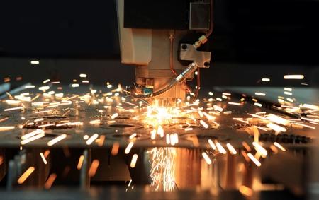 Le flambeau de découpage laser industriels coupes des préparations de métal Banque d'images