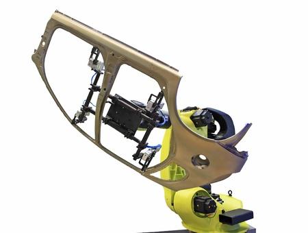 lopende band: geel robot lassen auto's in een productielijn