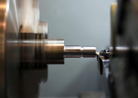 Face à l'exploitation d'un flan de métal sur tourner la machine avec l'outil de coupe